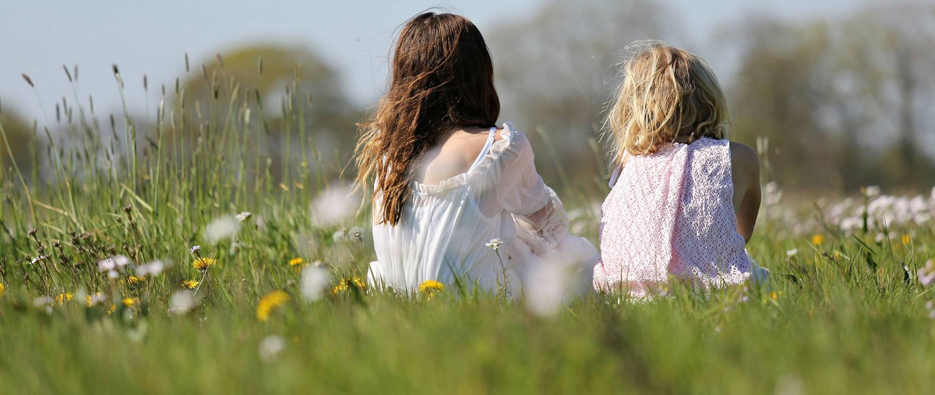 Drie zusjes in het veld.